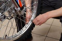 Riparazione della ruota del motociclo dopo le perdite della gomma o il danno del disco fotografie stock