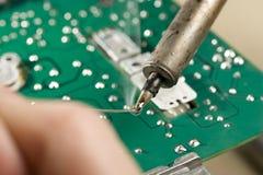 Riparazione della scheda di circuito fotografia stock