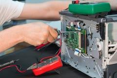 Riparazione della stampante a laser Smontaggio di apparecchiature di stampa fotografie stock libere da diritti