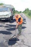 Riparazione della strada della lama dell'asfalto Fotografie Stock Libere da Diritti