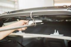 Riparazione delle ammaccature in un'automobile immagine stock