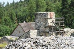 Riparazione delle rovine di vecchio monastero nel paradiso slovacco Fotografia Stock