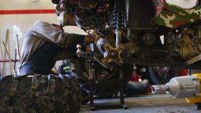 Riparazione di ATV in garage Riparazione della bici del quadrato archivi video