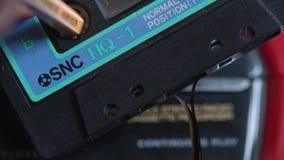 Riparazione di audio cassette con la matita archivi video