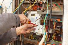 Riparazione di distribuzione di elettricità di vecchia casa L'uomo ripara il centralino fotografia stock