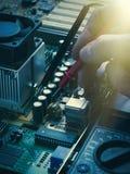 Riparazione di saldatura del bordo del computer Immagini Stock