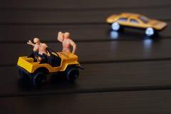 Riparazione di un'automobile del giocattolo in un'officina del giocattolo fotografia stock