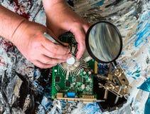 Riparazione di un dispositivo di raffreddamento di una scheda video del personal computer fisso di una mano della persona fotografia stock