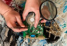 Riparazione di un dispositivo di raffreddamento di una scheda video del personal computer fisso di una mano della persona immagini stock