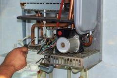 Riparazione di una caldaia a gas, di una messa in opera e di un'assistenza da un dipartimento di servizio fotografie stock