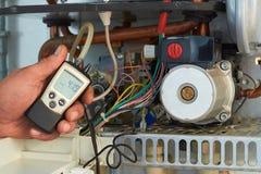 Riparazione di una caldaia a gas, di una messa in opera e di un'assistenza da un dipartimento di servizio fotografia stock libera da diritti