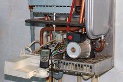 Riparazione di una caldaia a gas, di una messa in opera e di un'assistenza da un dipartimento di servizio fotografia stock