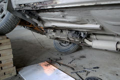 Riparazione di vecchia automobile Vista dal basso immagini stock