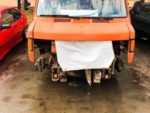 Riparazione di vecchio camion, minibus, automobile sulla via Riparazione della sospensione dell'automobile Sostituzione della ruo fotografie stock