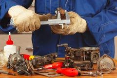 Riparazione di vecchio motore di automobile delle parti in officina Fotografia Stock