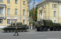 Riparazione e carro attrezzi: BREM-1 corazzato e luce REM-KL immagini stock