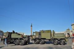 Riparazione e carro attrezzi REM-KL e un camion di rimorchio militare sulla t fotografia stock libera da diritti