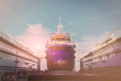 Riparazione navale nel bacino di carenaggio di galleggiamento Fotografia Stock Libera da Diritti