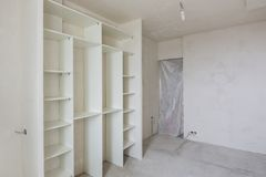 Riparazione in salone di nuova costruzione, guardaroba e chiuso incorporati tramite un'entrata del panno alla stanza immagine stock libera da diritti