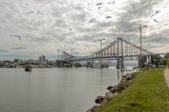 Riparazioni che hanno luogo a Hercilio Luz Bridge - Florianopolis, Santa Catarina, Brasile fotografia stock libera da diritti