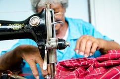 Riparazioni cucite del tessuto sulla vecchia macchina per cucire Fotografia Stock Libera da Diritti