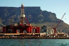 Riparazioni Oil- dell'impianto di perforazione nel porto dell'oceano immagini stock libere da diritti