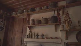 Ripari nella cucina di una povera casa del villaggio archivi video
