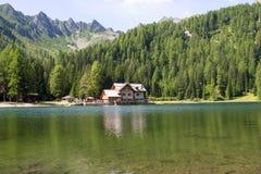 Riparo in alta montagna con il lago Fotografia Stock