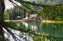 Riparo in alta montagna con il lago Fotografie Stock