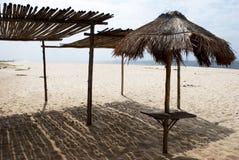 Riparo del Thatch sulla spiaggia fotografie stock