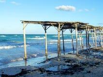 Riparo di legno del sole dall'oceano immagini stock libere da diritti