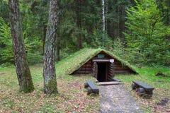 Riparo di legno sul territorio del campo complesso storico militare di Partizanen nel ‹del †del ‹del village†di Stankovo, Bie Fotografia Stock