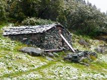 Riparo di pietra della montagna Fotografie Stock