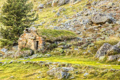 Riparo di pietra - montagne di Pirenei Immagine Stock