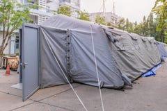 Riparo militare della tenda sulla via in città Fotografia Stock