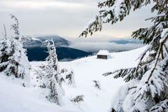 Riparo per i turisti nelle montagne nevose Immagine Stock Libera da Diritti
