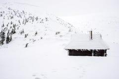Riparo per i turisti nelle montagne nevose Fotografia Stock