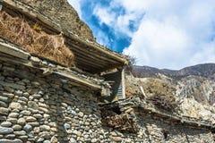 Riparo per stoccaggio del fieno nel villaggio nepalese Immagine Stock