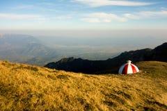 Riparo rosso e bianco su una cresta della montagna fotografie stock