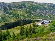 Riparo Samotnia della montagna sopra lo stagno del 'y Staw di MaÅ in Sudetes immagini stock libere da diritti