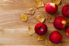 Ripe apples on a wooden background Royalty Free Stock Photos