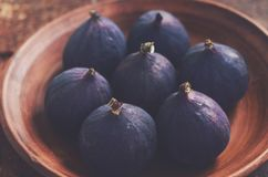 Ripe fall figs in a clay bowl Royalty Free Stock Images