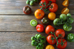 Ripe and green tomatoes on boards Royalty Free Stock Images
