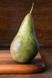 Ripe pear on wooden cutting board Royalty Free Stock Photos