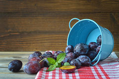 Ripe plums in the bowl Royalty Free Stock Photos