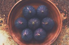Ripe purple figs on clay plate Stock Photography