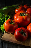 Ripe tomatoes on a cutting Board Royalty Free Stock Photos