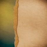 Riped tappningpapper på grungebakgrund arkivfoto