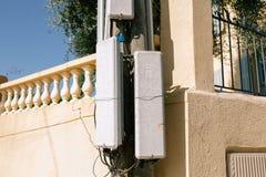 Ripetitore dell'antenna del telefono in Francia del sud nella città di Nizza fotografia stock