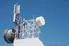 Ripetitore dell'antenna di comunicazione montato su una costruzione immagine stock libera da diritti
